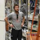 Sam Worthington  spotted at Home Depot in Hawaii, USA (2013/06/17)