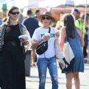 Julie Bowen at farmers market in Los Angeles - 454 x 611