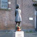 Statue Anne Frank in Utrecht - 450 x 599
