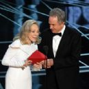 Faye Dunaway and Warren Beatty At The 89th Annual Academy Awards (2017) - 454 x 309