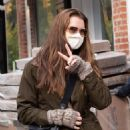 Brooke Shields – Shows a peace sign in New York