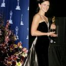 Julia Roberts - Black and white Valentino dress - The 73rd Academy Awards on March 25, 2001 - 225 x 400