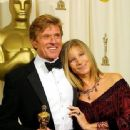 Robert Redford and Barbra Streisand - The 74th Annual Academy Awards (2002) - 338 x 435
