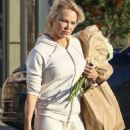 Pamela Anderson – Shoppin at Vintage Grocers market in Malibu