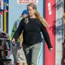 Elizabeth Berkley – Shopping at Star Toys in Brentwood - 454 x 681