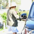 Reese Witherspoon – Stops by a cafe in Los Angeles