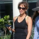 Halle Berry in Jeans Grabs Lunch in Los Angeles - 454 x 639