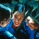 Nguyen Nhu Quynh, Tran Nu Yen Khe and Le Khanh in Sony Pictures Classics' The Vertical Ray of the Sun (A la Verticale de L'ete) - 2001 - 303 x 400