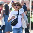 Julie Bowen at farmers market in Los Angeles - 454 x 886