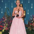 Pink Ralph Lauren´s dress of Gwyneth Paltrow in 71 Academy Awards in 1999 - 454 x 681