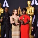 Best Supporting Actor Mahershala Ali, Best Actress Emma Stone, Best Supporting Actress Viola Davis and Best Actor Casey Affleck pose in the press room during the 89th Annual Academy Awards on February 26, 2017, in Hollywood, California. / AFP / FREDERIC - 454 x 316
