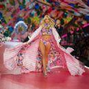 Devon Windsor – 2018 Victoria's Secret Fashion Show Runway in NY - 454 x 454