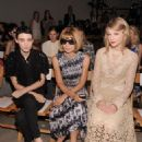Taylor Swift was spotted chatting away with Rooney Mara and Anna Wintour at the Spring 2012 Fashion Show for Rodarte - 454 x 580