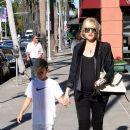 Gwen Stefani strolls through Beverly Hills with her son, Kingston Rossdale - 390 x 594