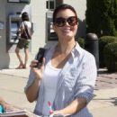 Bellamy Young was seen campaigning for H. Clinton in downtown Washington, DC on August 27, 2016