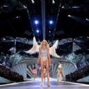 Devon Windsor – 2018 Victoria's Secret Fashion Show Runway in NY - 454 x 302