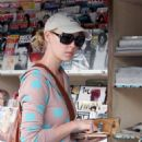 Katherine Heigl Buying Magazines In Hollywood 2007-10-12