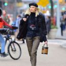Devon Windsor – Sells Cookies for Kids with Cancer in New York - 454 x 582