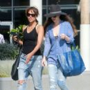 Halle Berry in Jeans Grabs Lunch in Los Angeles - 454 x 619