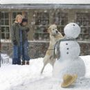 Marley makes important contributions to the building of a snowman, as John (Owen Wilson) and Jenny (Jennifer Aniston) look on. Photo credit: Barry Wetcher. © 2008 Twentieth Century Fox and Regency Enterprises. All rights reserved.