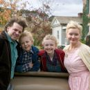 L to R: Kevin Anderson, Louis Corbett, Dakota Fanning and Essie Davis in Paramount Pictures' Charlotte's Web (2006) - 454 x 302