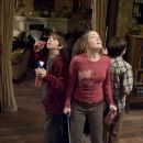 """Mallory (SARAH BOLGER, center) and her brothers Jared and Simon (both FREDDIE HIGHMORE, left and right) move into their great-great-uncle Arthur Spiderwick's secluded old house in """"The Spiderwick Chronicles."""" Photo Credit: Takashi Seida."""