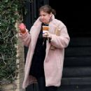 Lena Dunham – Grabs coffee from Alfred's in Los Angeles - 454 x 681