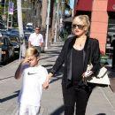 Gwen Stefani strolls through Beverly Hills with her son, Kingston Rossdale - 387 x 594