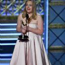 Elisabeth Moss : 69th Annual Primetime Emmy Awards - 373 x 600