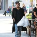 Evan Ross stops to pick up some lunch to go in Sherman Oaks, California on December 19, 2014 - 454 x 571