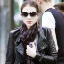 Michelle Trachtenberg - Shopping With Her Boyfriend And Friends In New York City, 2009-10-11