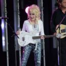 Dolly Parton performs at 'Jimmy Kimmel Live' on October 3, 2016 - 454 x 577