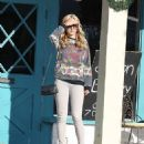 Amanda Bynes steps out looking healthy showing off new lighter hair as she goes shopping with her family - 454 x 520