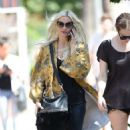 Ashlee Simpson – Shopping candids at Urban Outfitters in Los Angeles - 454 x 813