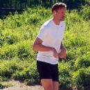 Alexander Skarsgard: Runyon Canyon Park Runner