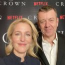 Gillian Anderson – Virtual premiere from his kitchen for 'the crown'