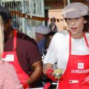Minnie Driver – Los Angeles Mission Hosts Thanksgiving Event For The Homeless - 454 x 345