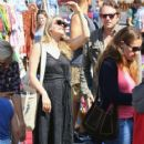 Alicia Silverstone at the farmer's market in Studio City, California on August 28, 2016 - 418 x 600