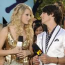 Joseph Jonas and Taylor Swift - 454 x 381