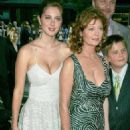 Actresses Susan Sarandon and her daughter Eva Amurri attend - World premiere of 'War Of The Worlds' at the Ziegfeld Theatre on June 23, 2005 - 454 x 680
