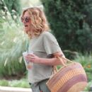 Julia Roberts – Shopping at Starbucks in Malibu - 454 x 585