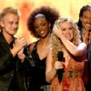 Carrie Underwood wins American Idol Season 4 - 400 x 282