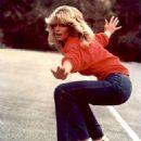 Farrah Fawcett skateboarding in 1976 Charlie's Angels episode - 454 x 553