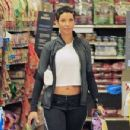 Nicole Murphy buying some pet supplies in Beverly Hills, California on February 14, 2017 - 454 x 349