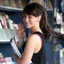 Jennifer Love Hewitt Grabs Some Reading Material From Her Local Newsstand In Los Angeles, Ca, May 22, 2010