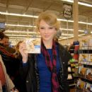 "Taylor Swift - Buys Her ""Fearless"" CD Hendersonville, 11.11.2008."