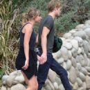 Taylor Swift and Joe Alwyn – Enjoy a scenic hike in Malibu - 454 x 628