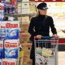 Michelle Hunziker – Shopping at the supermarket in Milan - 454 x 671