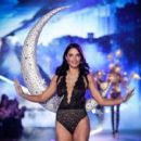 Adriana Lima – 2018 Victoria's Secret Fashion Show Runway in NY - 454 x 409
