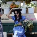 Abigail Spencer – Sets up her floral company at the farmer's market in Montecito - 454 x 647